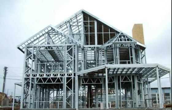轻钢住宅比传统形式的住宅能更好地满足建筑上大开间、布局灵活、便于分割等要求,并且可以通过减少柱的截面面积和使用薄壁轻质墙板来提高面积使用率;轻钢结构住宅属于绿色环保建筑:其所用材料主要是可回收或易降解的材料,不会造成很多的垃圾,符合现代建筑发展方向;抗震性能好,安全性能高,轻钢住宅体系可以充分发挥钢材的延性好、变形能力强的特点,从而提高住宅的抗震性能和安全度;施工周期短,可以显著提高投资效益,加快资金周转。由于这种房屋的施工特点,所占用的施工现场、建筑垃圾、建筑施工噪音等都减少到最低程度。